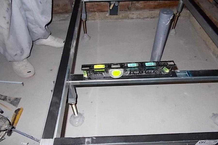 画像:施工中 洗い場フレームの設置