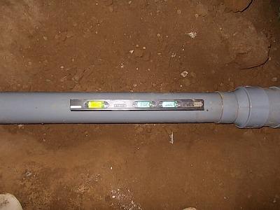 画像:施工中 配管の勾配確認中
