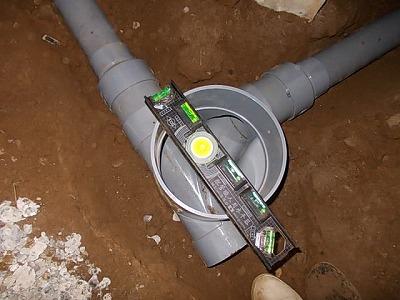 画像:施工中 床下点検マスの勾配確認