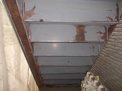 画像:施工中 電動工具によるケレン(錆や付着の弱い塗膜を落とす下地調整の事)と、手作業によるケレン後