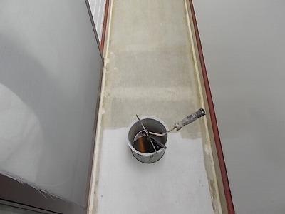 画像:施工中 プライマー塗装(接着剤のようなもの)