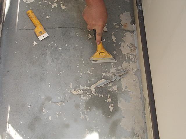 画像:施工中 付着の甘い既存の塗膜を剥がす