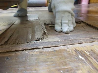 画像:施工前 手で軽く押しただけでわかるくらい床がふかふかめこめこな状態です