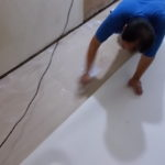 施工中 クッションフロア材貼り付け中