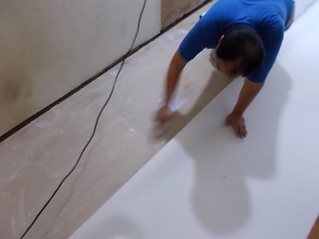 画像:施工中 クッションフロア材貼り付け中