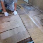 施工中 ふかふかになってしまっている既存の床を撤去