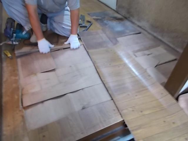 画像:施工中 ふかふかになってしまっている既存の床を撤去