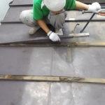 施工中 既存の屋根材を撤去中 雨による下地の傷みが確認できる
