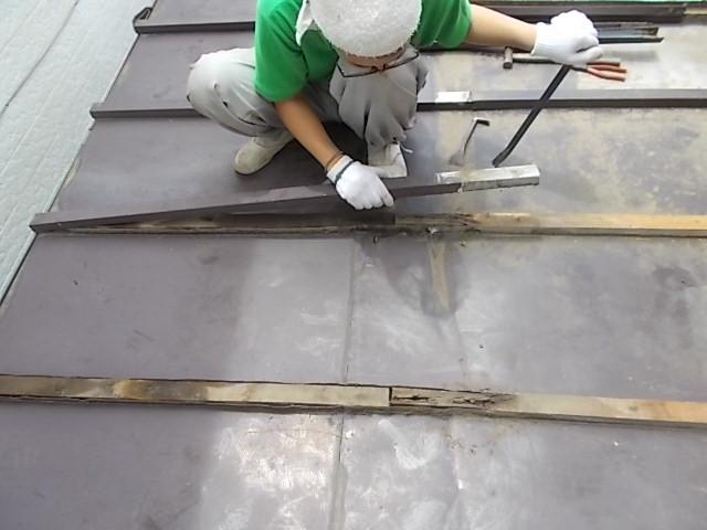 画像:施工中 既存の屋根材を撤去中 雨による下地の傷みが確認できる