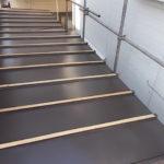 施工中 仕上げ材である溝板を設置・固定