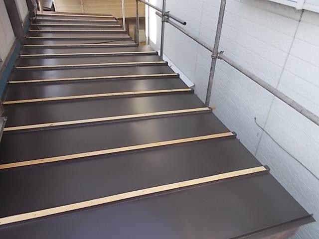 画像:施工中 仕上げ材である溝板を設置・固定