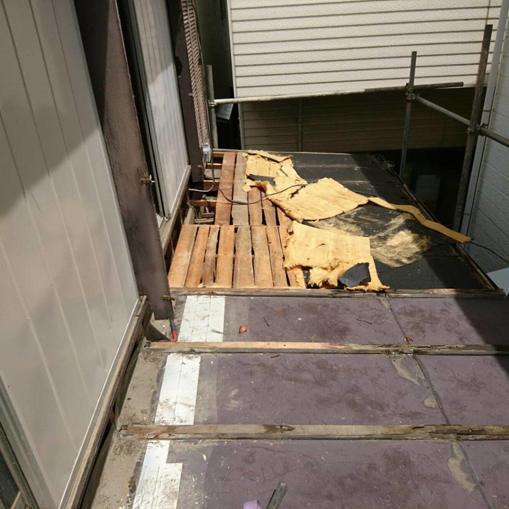 画像:施工中 既存の屋根材を剥がしていく