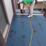 施工中 野地板(屋根の下地)を張り、アスファルトルーフィング(不織布などにアスフを染み込ませた防水材。屋根防水の要)を敷き、板金板を止めるための心木を留める。