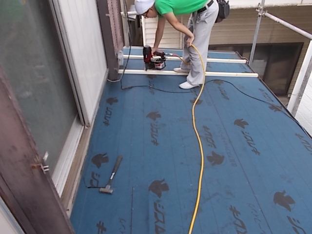画像:施工中 野地板(屋根の下地)を張り、アスファルトルーフィング(不織布などにアスフを染み込ませた防水材。屋根防水の要)を敷き、板金板を止めるための心木を留める。