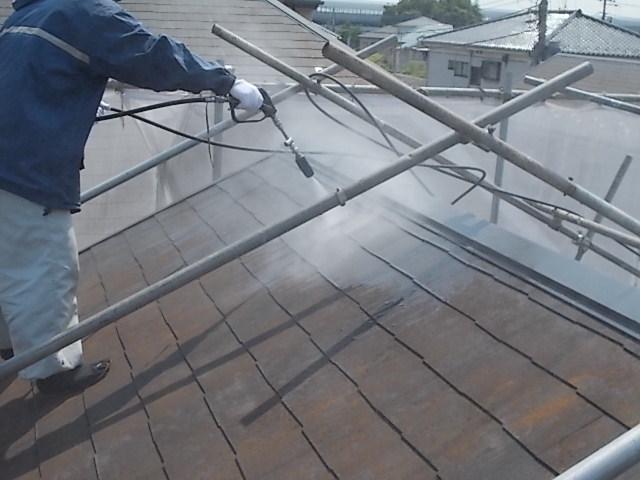 画像:施工中 屋根・外壁等の高圧洗浄中