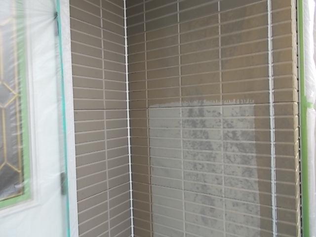 画像:施工中 外壁プライマー(接着剤)塗装  色が濃い部分が塗装済み