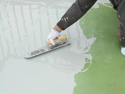 画像:密着工法施工中 プライマー塗装後、ウレタン樹脂塗布中