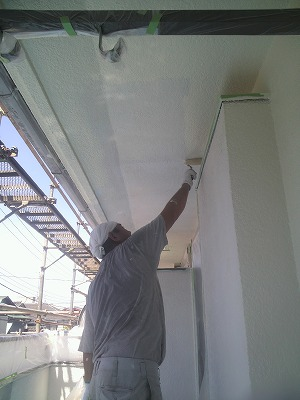 画像:施工中 外壁中塗り中(二回目)