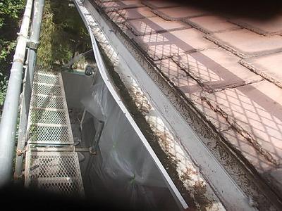 画像:施工前 雪の重みでひしゃげてしまった雨樋