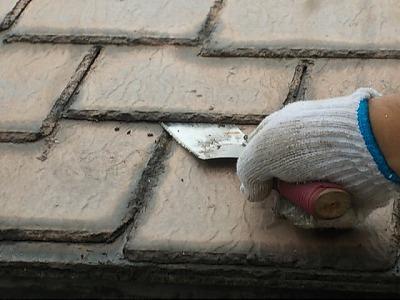 画像:施工中 刃物による縁切り作業中