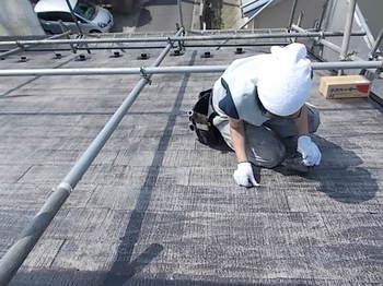 画像:施工中 タスペーサー工法による縁切り作業中