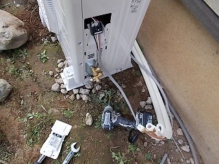 画像:施工中 室外機接続中