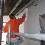 施行中 モルタルの養生期間をおいて、外壁にシーラー塗布
