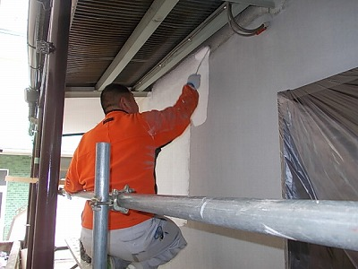 画像:施行中 モルタルの養生期間をおいて、外壁にシーラー塗布