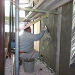 施行中 外壁にモルタル塗り付け中(中塗り)