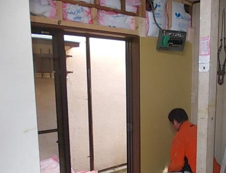 画像:施工中 断熱材を入れた後、石膏ボードの張り付け中