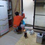 施工中 外壁や筋交い・窓台等の下地調整後、窓サッシの取り付け中