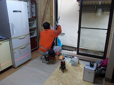 画像:施工中 外壁や筋交い・窓台等の下地調整後、窓サッシの取り付け中