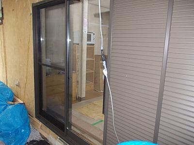 画像:施工中 窓サッシ雨戸取付完了
