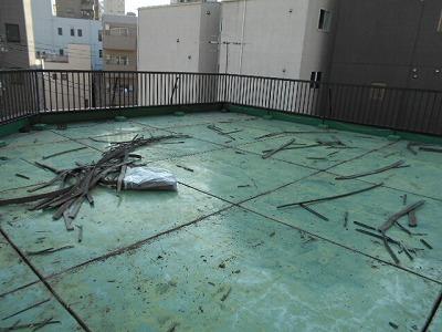 画像:施行中 高圧洗浄後既存の伸縮目地を撤去