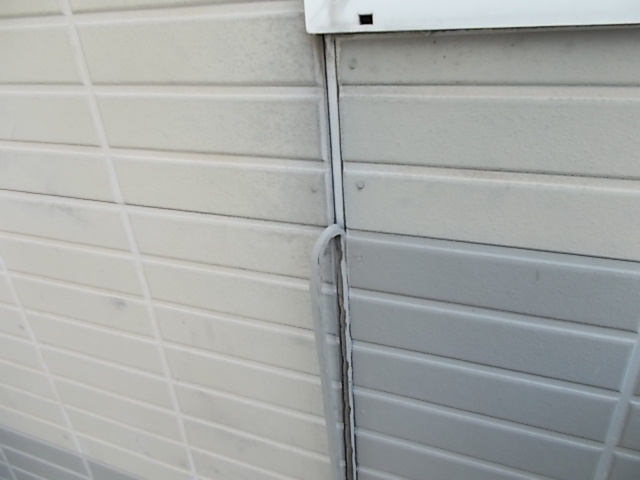 画像:施行中 古いコーキング材を撤去