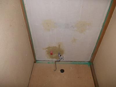 画像:施行中 既存配管の整理後、穴などはパテ処理