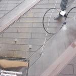 施行中 屋根・外壁の高圧洗浄中