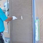 施行中 外壁専用プライマー(接着剤)にて下塗り中(一回目)