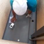 施行中 サンディング後粉塵を洗い流し、乾燥後にアセトンにて脱脂