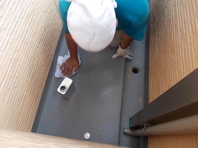 画像:施行中 サンディング後粉塵を洗い流し、乾燥後にアセトンにて脱脂