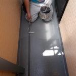 施行中 FRP防水トップコート塗り替え専用プライマーで下塗り